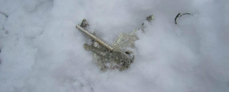 Schlüsselbund liegt im Schnee